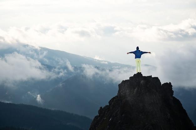 Mujeres jóvenes en la cima de las montañas.