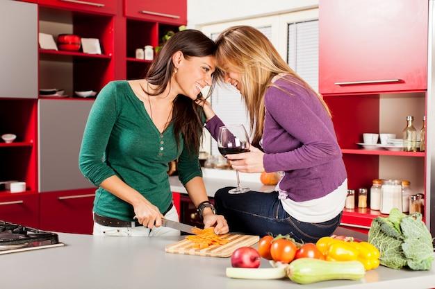 Mujeres jovenes en la cocina