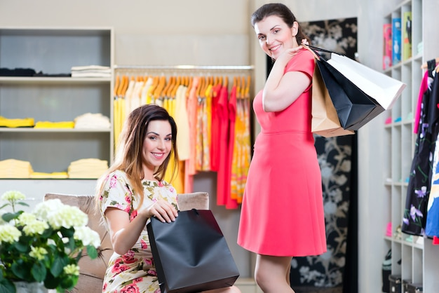 Mujeres jóvenes comprando moda en grandes almacenes