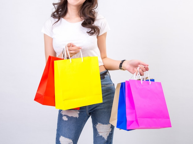 Mujeres jovenes con compras en el fondo blanco