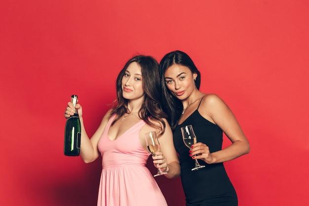 Mujeres jóvenes con copas de champán en celebración