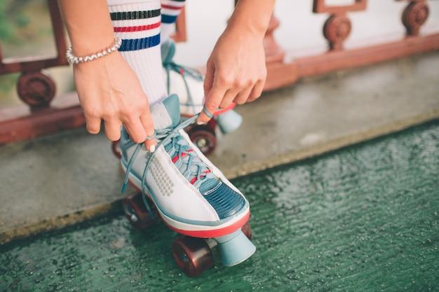 Mujeres jóvenes delgadas y sexys y patines. vacaciones activas de verano en la ciudad. deportes extremos