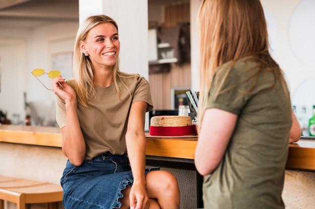 Mujeres jóvenes con estilo felices de verse