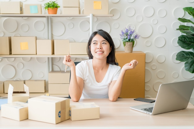 Mujeres jóvenes felices después de un nuevo pedido del cliente, dueño del negocio en casa