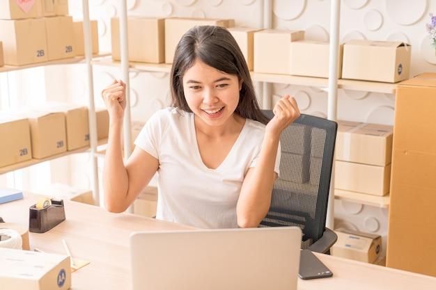 Mujeres jóvenes felices después de un nuevo pedido del cliente, propietario de un negocio en casa