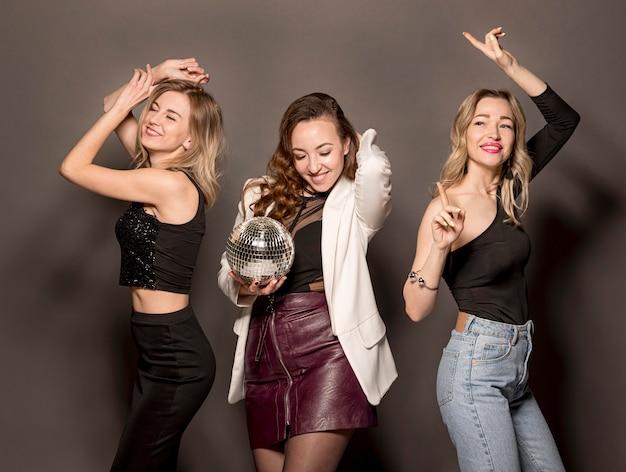 Mujeres jóvenes, en, fiesta