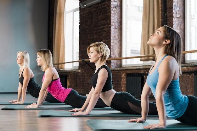 Mujeres jóvenes en forma que entrenan juntas