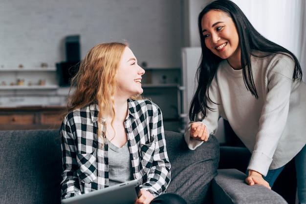 Mujeres jóvenes hablando en casa
