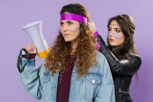 Mujeres jóvenes listas para protestar juntas