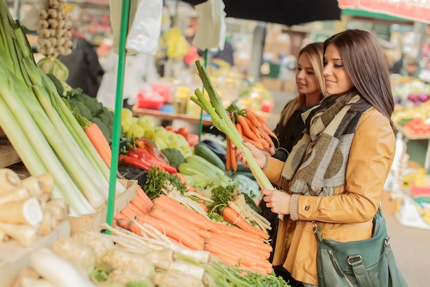 Mujeres jóvenes en el mercado