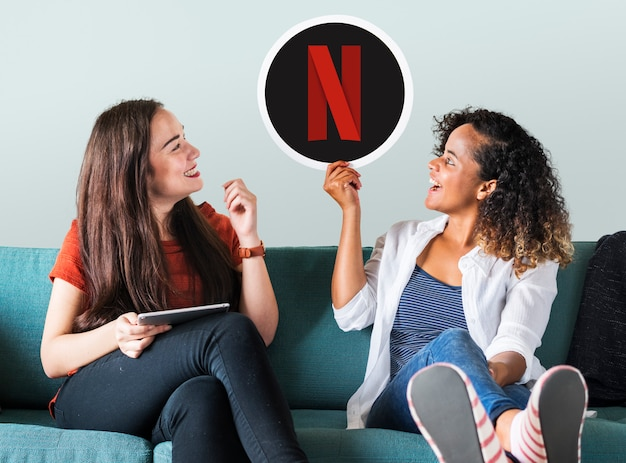 Mujeres jóvenes mostrando un icono de netflix.