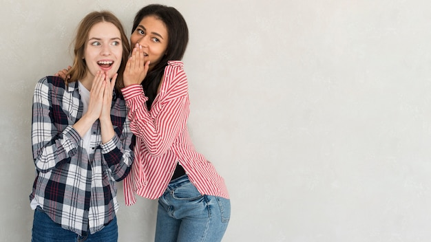 Mujeres jovenes multiétnicas que cotillean en estudio