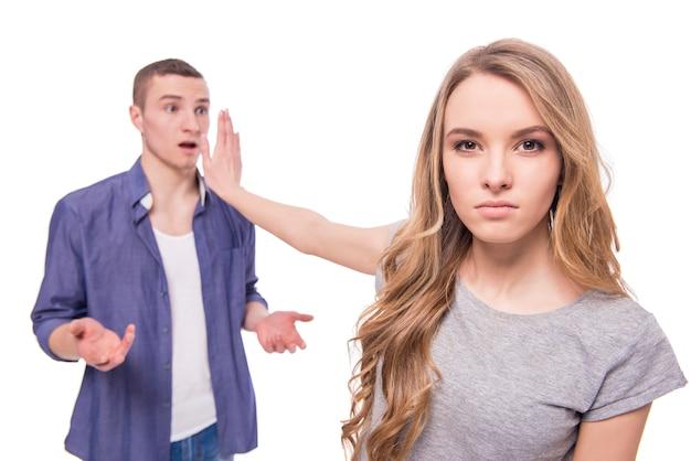 Las mujeres jóvenes no quieren escuchar a su marido.
