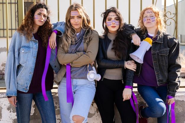 Mujeres jóvenes protestando juntas