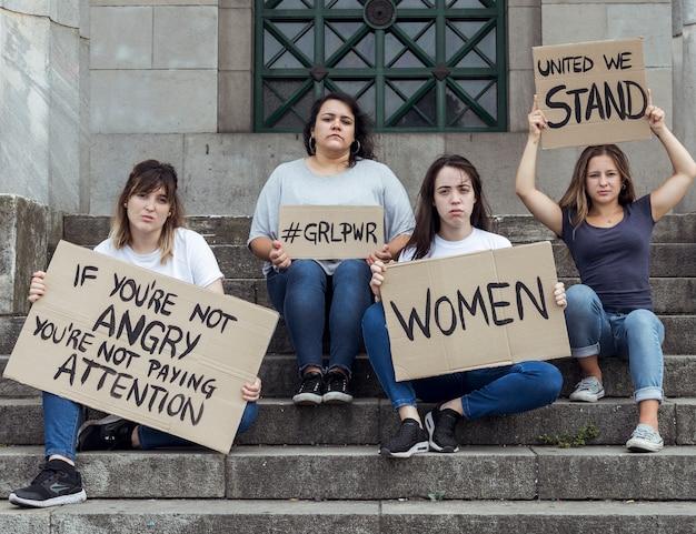 Mujeres jóvenes que marchan por la igualdad de derechos