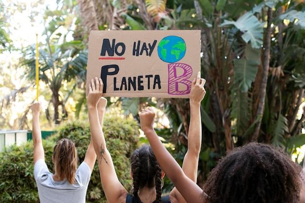 Mujeres jóvenes que protestan contra el cambio climático