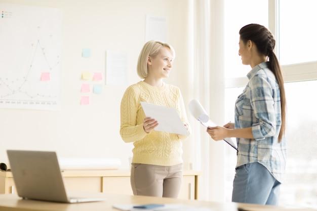 Mujeres jóvenes que trabajan en la oficina