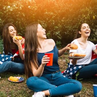 Mujeres jóvenes riendo en picnic