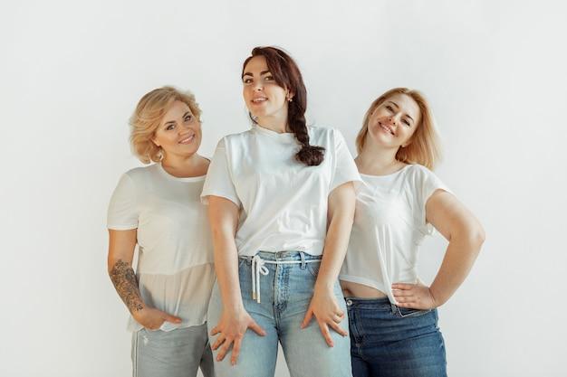 Mujeres jóvenes en ropa casual divirtiéndose juntos