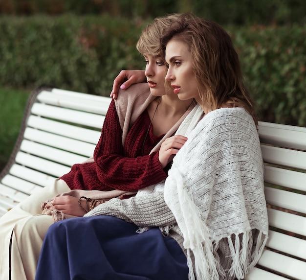 Mujeres jóvenes sentados en un banco