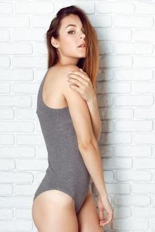 Mujeres jóvenes y sexys posando en bañadores eróticos.