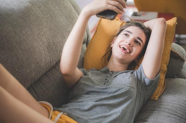 Las mujeres jóvenes sonrientes se quedan en casa