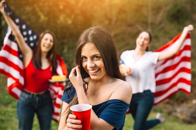Mujeres jóvenes teniendo fiesta afuera