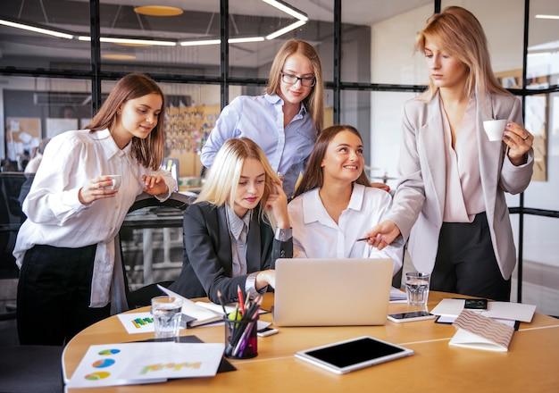 Mujeres jóvenes en el trabajo planeando juntas