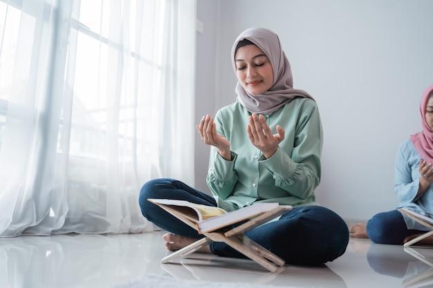 Mujeres jóvenes con velo rezando juntas