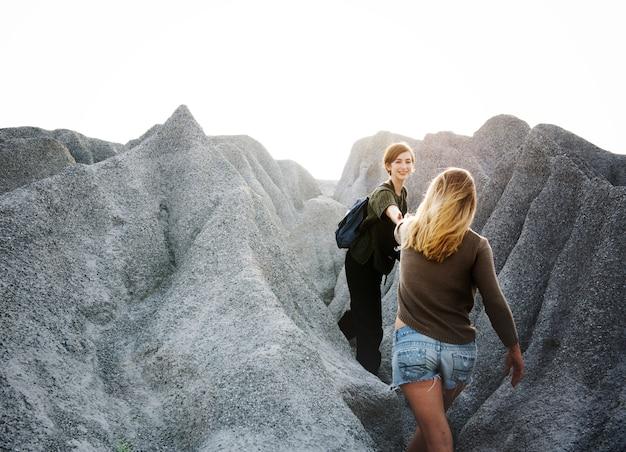 Las mujeres jóvenes viajan juntas concepto