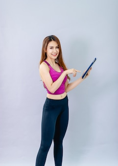 Las mujeres juegan al ipad y sonríen felices con la comunicación en línea. el concepto de comunicación en línea 5g