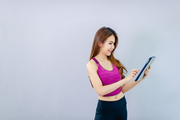 Las mujeres juegan al ipad y sonríen felices con la comunicación en línea.