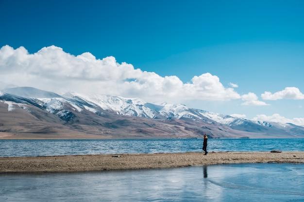 Mujeres en el lago pangong y la montaña en leh ladakh, india