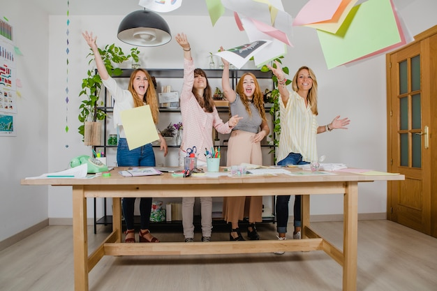 Mujeres, lanzar, papeles, oficina