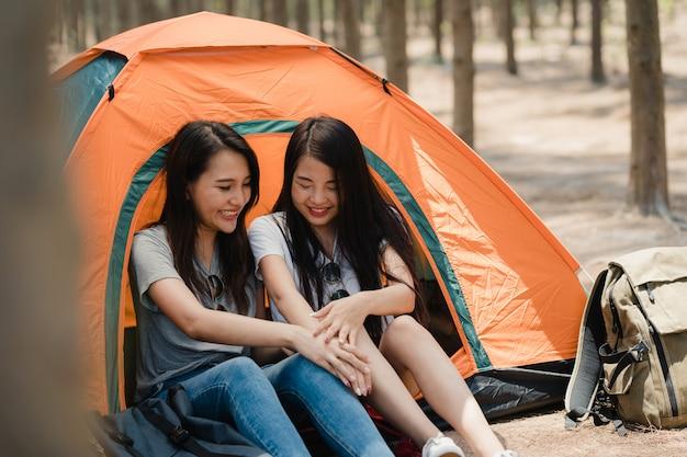 Mujeres lesbianas lgbtq pareja acampando o picnic juntos en el bosque