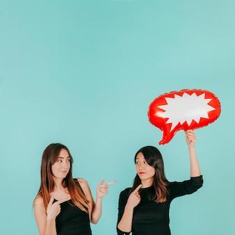 Mujeres lindas con globo de discurso