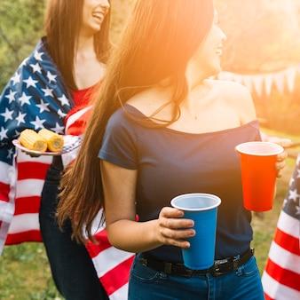 Mujeres llevando comida al aire libre