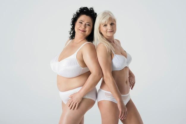 Mujeres maduras en ropa interior sintiéndose confiadas