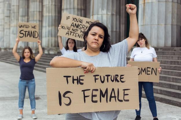 Mujeres manifestantes manifestando juntas por los derechos