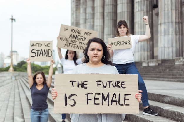 Mujeres manifestantes manifestando juntas