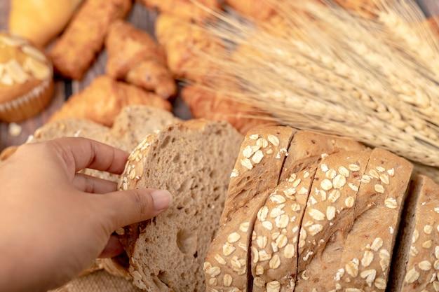 Las mujeres de la mano toman pan de maíz dorado