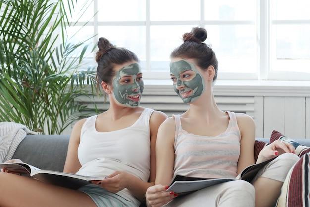 Mujeres con máscara facial, concepto de belleza y cuidado de la piel.