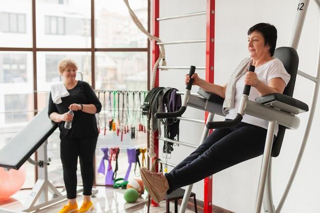 Mujeres mayores de alto ángulo en el gimnasio