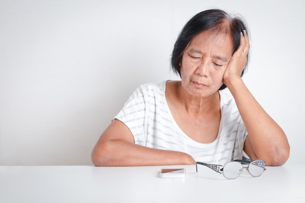 Las mujeres mayores asiáticas tienen estrés. se sienten muy preocupadas por los problemas con la vida de jubilación.
