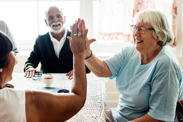 Mujeres mayores dándose el uno al otro cinco