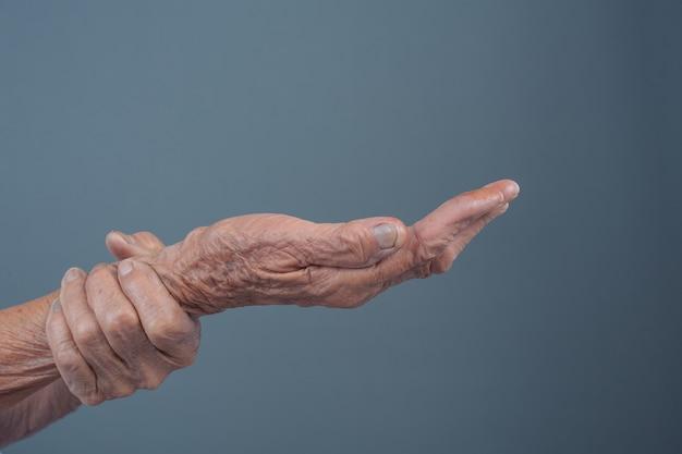 Mujeres mayores con dolor.