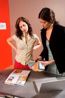Mujeres mirando muestras de colores