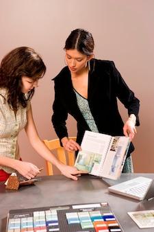 Mujeres mirando muestras