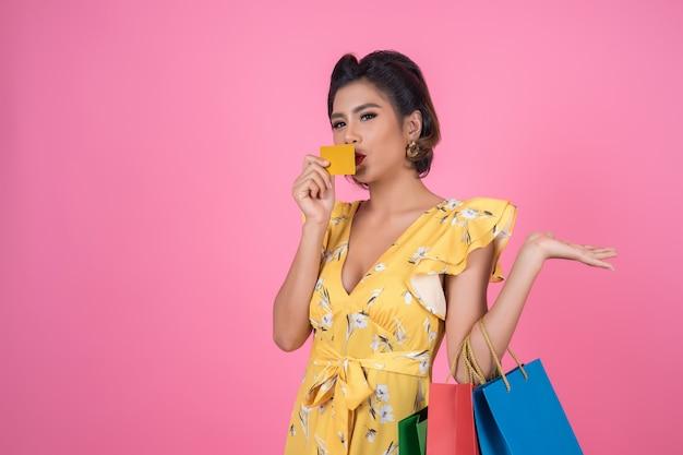Las mujeres de la moda disfrutan de las compras con bolsa y tarjeta de crédito.