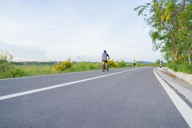 Mujeres montando una bicicleta en tailandia